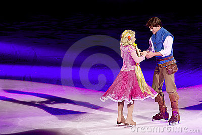 Rapunzel e Flynn ballano durante il Disney su ghiaccio Fotografia Editoriale