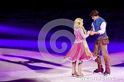 Rapunzel y Flynn bailan durante Disney en el hielo Foto editorial