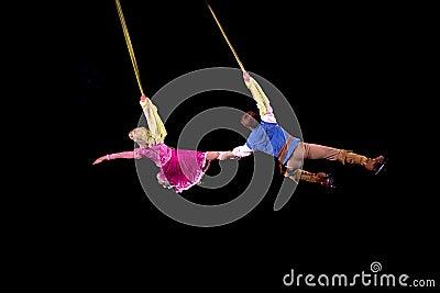 Rapunzel y Flynn vuelan en aire durante Disney en el hielo Foto editorial
