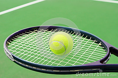 Raquette de tennis avec la boule