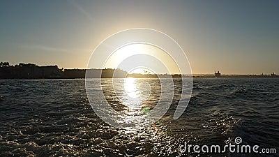 Rastro del barco de la velocidad en la puesta del sol almacen de video