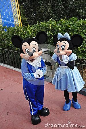 Ratón de Mickey y de Minnie en el mundo de Disney Foto editorial