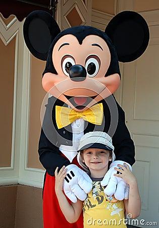 Ratón y muchacho de Mickey en Disneylandya Foto editorial