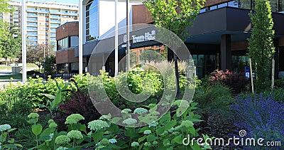 Rathaus in Oakville, Kanada mit Blumen in vorderem 4K stock video