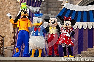 Ratón de Mickey y de Minnie, pato de Donald y torpe Foto editorial