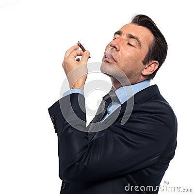 Rauchende Drogen des Mannes