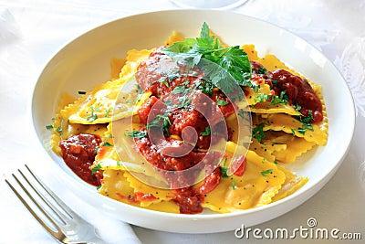 Ravioli met bolognese saus met peterselie wordt versierd die