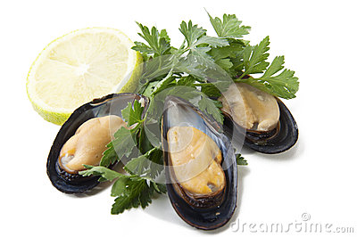 Raw mussels with parsley and lemon