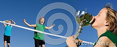 Raza de los deportes del niño que gana