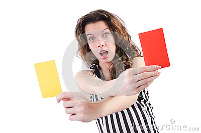 Árbitro de la mujer con la tarjeta