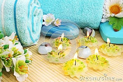 Ręczniki, mydła, kwiat, świeczki