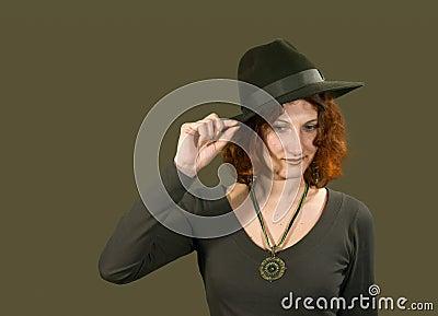 Röd haired flicka i hatt