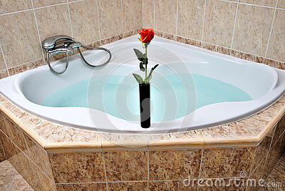 Ovalt Badkar För Hörn Mycket Av Rent Vatten Arkivfoto - Bild: 60950893