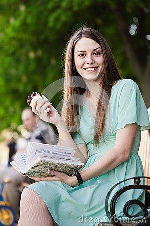 Reading girl with ice cream