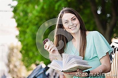 Reading girl with ice cream