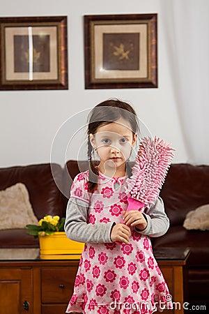 Bambina con lo spolveratore della piuma