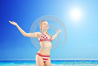 Realaxed kvinnlig turist som fördelar henne armar och gör en gest frihet