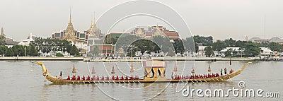Reales tailandeses barge adentro Bangkok Fotografía editorial
