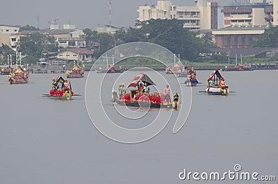 Reales tailandeses barge adentro Bangkok Foto editorial