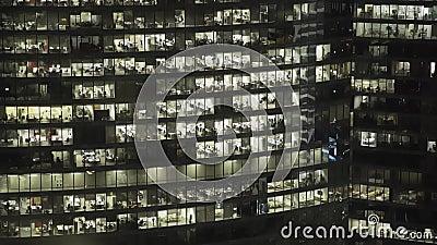 Realzeitfassadenschuß der Fassade des Wolkenkratzers s im Stadtzentrum Zugeschlossen hinunter Schuss stock video footage