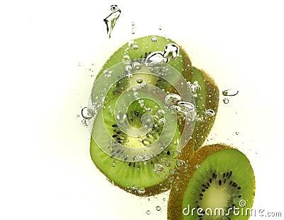 Rebanadas y burbujas del kiwi