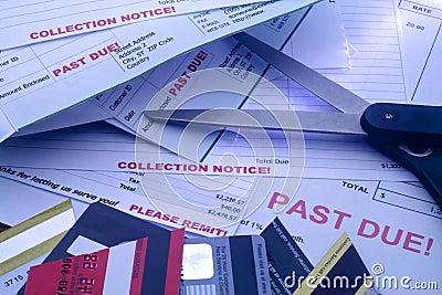 Rechnungen, Schnitt-oben Kreditkarten und Scheren