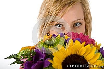 Recht blonde Frau und Blumen