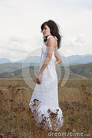 Recht junge Dame auf Hügeln einer Wiese