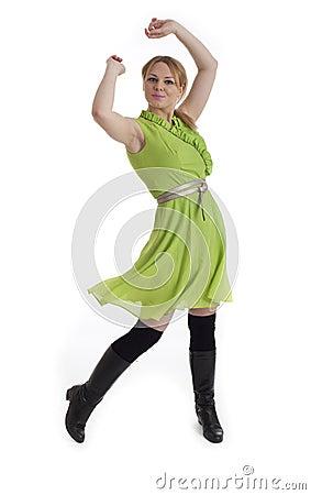 Recht junge Frau im Retro- Kleid der Art 60s