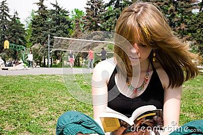 Recht junge Frauen, die ein Buch lesen