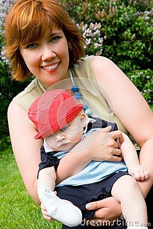 Recht junge Mutter mit kleinem Sohn