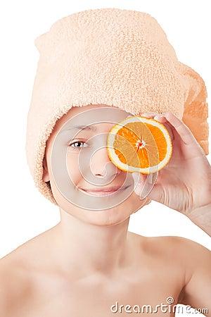 Recht junges Mädchen mit eine Orange