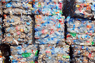 Reciclaje del plástico y de las botellas Foto editorial