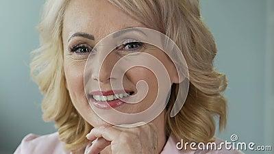 Reclame van anti-leeftijdsschoonheidsmiddelen Aantrekkelijke rijpe vrouw die in camera glimlachen stock videobeelden