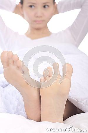 Reclinación de los pies de la mujer