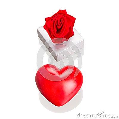 Rectángulo de regalo con el corazón rojo como el símbolo del amor aisló