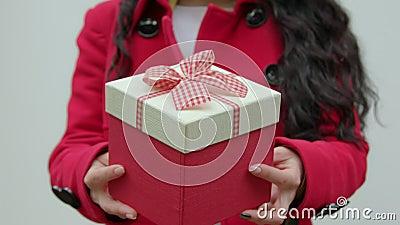 Rectángulo de regalo en manos de la mujer metrajes
