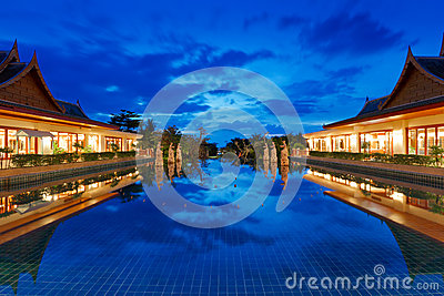 Recurso oriental em Tailândia na noite