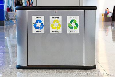 Recycling garbage bin with separation