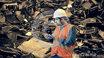 Recyclingwerk für elektronische Abfälle Männlicher Arbeitnehmer in einer Mülldeponie mit ausrangierten Computern stock footage