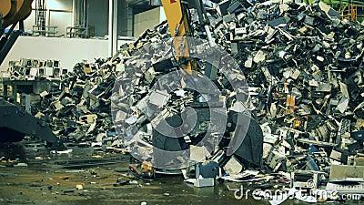 Recyclingwerk für elektronische Abfälle Teile defekter Elektronik, die von einem Lader erfasst werden stock video footage