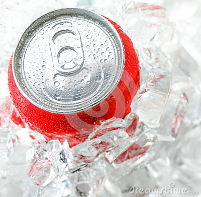 Free Red Aluminum Can With Water Drop Royalty Free Stock Images - 43823709
