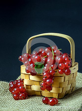 Free Red Currants In A Wooden Basket Stock Photo - 75488360