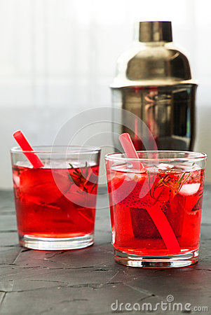 Free Red Drink With Ice. Cocktail Making Bar Tools, Strawberry And Thyme Leaves Stock Images - 93153404