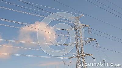 Red eléctrica Tapa de hierro de una línea de alimentación y una unidad de distribución de alta tensión almacen de video