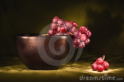Red grapes in black bowl