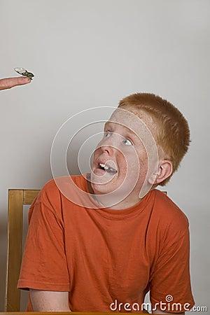 Red headed jongen die grappig gezicht maakt bij insect stock foto afbeelding 11640800 for Deco slaapkamer jongen jaar oud