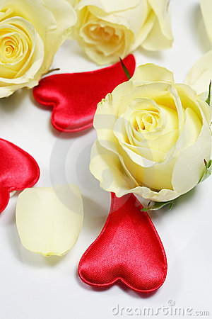 Free Red Hearts And Yellow Roses Royalty Free Stock Images - 3665279