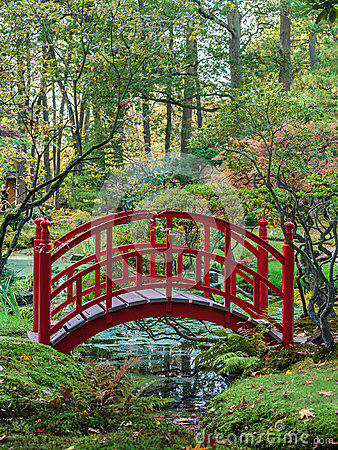 Free Red Japanese Bridge In An Autumn Garden Stock Photography - 26483102