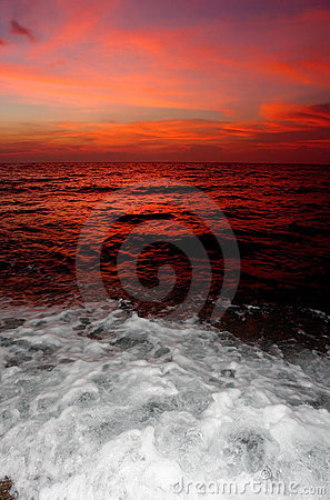 Free Red Sunset With Breaking Water. Royalty Free Stock Photography - 1705457